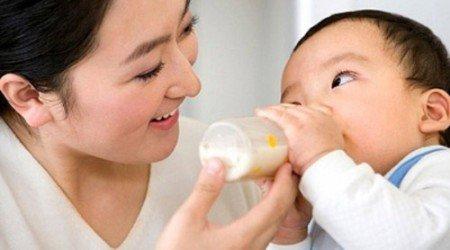 Trẻ bị nôn mửa do uống sữa