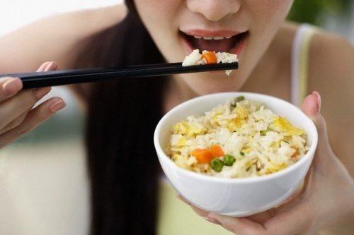 không nên ăn cơm vội sẽ hại dạ dày