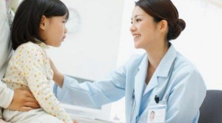 trẻ bị lây viêm loét dạ dày từ mẹ