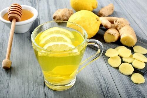 Uống hỗn hợp từ gừng, chanh, mật ong giữa chữa đau dạ dày hiệu quẩ